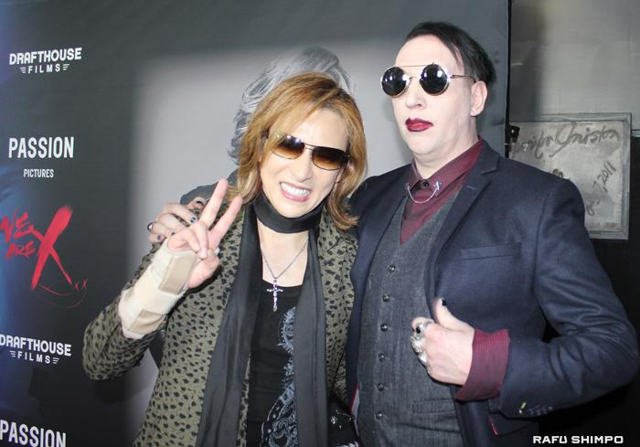 レッドカーペットでポーズをとるYOSHIKI(左)と友人のマリリン・マンソン