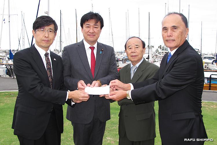 南加県人会協議会による熊本地震の義援金の贈呈式。左から千葉明総領事、木原稔・財務副大臣、福岡健二・募集委員長、森ジョージ会長