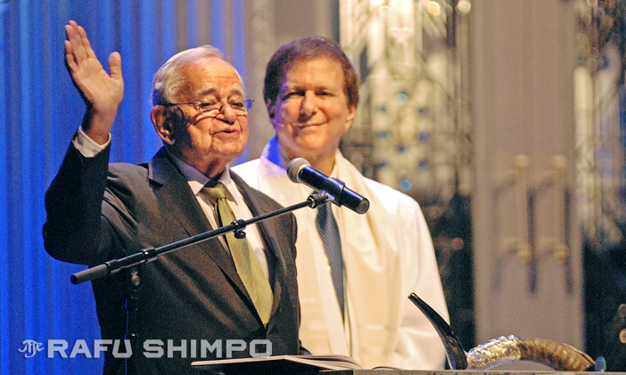 Leo Melamed is joined on stage by Rabbi David Baron, as he speaks Tuesday night during a Kol Nidre service on the eve of Yom Kippur in Beverly Hills. (Rafu Shimpo photos by MIKEY HIRANO CULROSS)