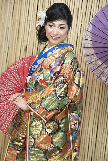 押元末子さんがデザインした着物に身を包む小菅綾子さん