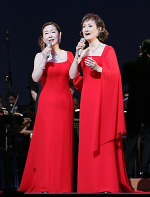 由紀さおり(左)と、安田祥子は、29日のコンサートに出演し、美しい声で童謡、唱歌を披露する