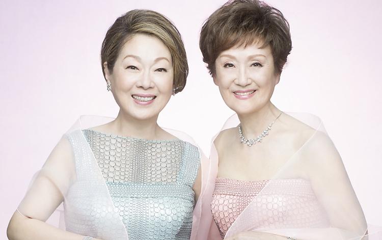 オーロラ日本語奨学金基金のベネフィット・イベントに出演する由紀さおり(左)と安田祥子