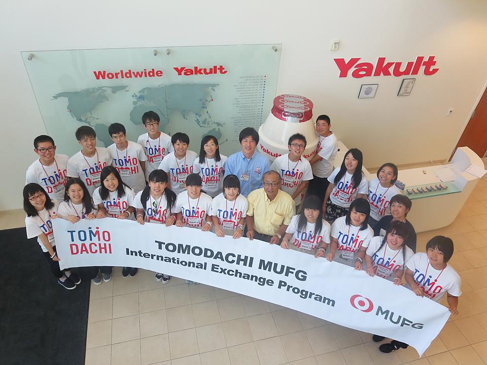ヤクルトの工場見学に訪れた生徒たち
