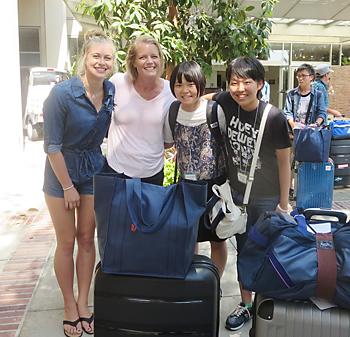 UCLAで、ホストファミリーの出迎えを受ける千田瑠音さん(右端)と中川梨紗子さん(左隣)