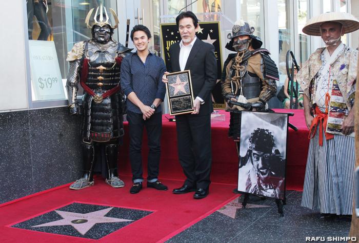 三船敏郎さんの星形プレートがハリウッドの「ウオーク・オブ・フェーム」で披露された。写真は式典に出席した息子の三船史郎さん(中央)と孫の三船力也さん(左から2人目)