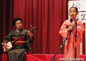 松豊師(左)の三味線の音色に合わせて「お江戸日本橋」を歌う川上愛実さん