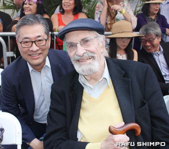 式典に出席したジョン・カジ氏(左)とアカデミー賞俳優のマーティン・ランドー氏