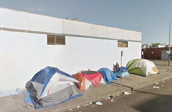 ロサンゼルス・ダウンタウンのスキッドロウの路上でテントを張って生活するホームレスの人々