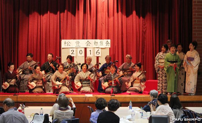 三味線合奏を披露する松豊会のメンバー