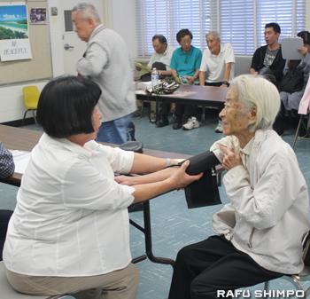 血圧測定を受ける来場者