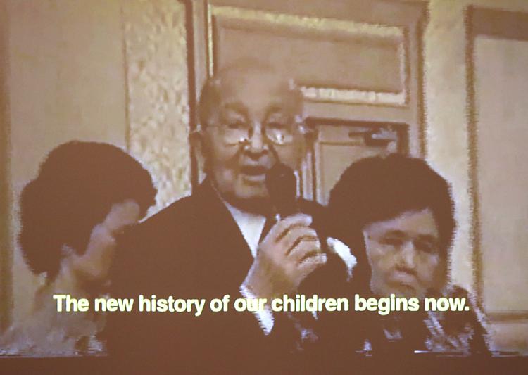 ビデオで映し出された、世話した鹿児島移民との最後の対面となった2006年の北米移住50周年の記念式典でスピーチする内田善一郎さん。病気を押して参加した内田さんは、2、3世に向けて「日本とアメリカに恩返ししてほしい」と、声を振り絞った