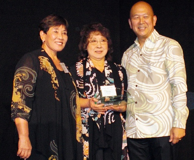 Linda Aratani and Betty Teves of the Aratani Foundation receive the Go For Broke Award from GFBNEC Chairman Bill Seki.
