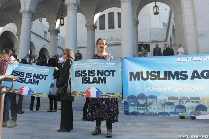 事件後、各地でイスラム教徒を標的にしたヘイトクライムが急増。ロサンゼルスで行われた宗教からくる差別や嫌がらせをなくす運動に参加した少女