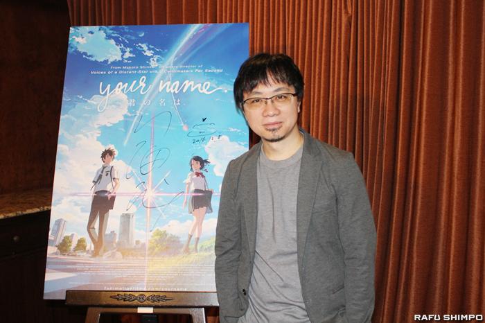 ロサンゼルスを訪れた新海誠監督。後方のポスターには監督のサインが書かれている【写真=吉田純子】