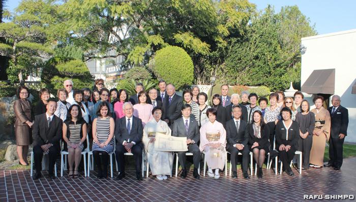 親族や友人など伝達式の出席者と記念撮影に納まる猪瀬氏(前列左から5人目)