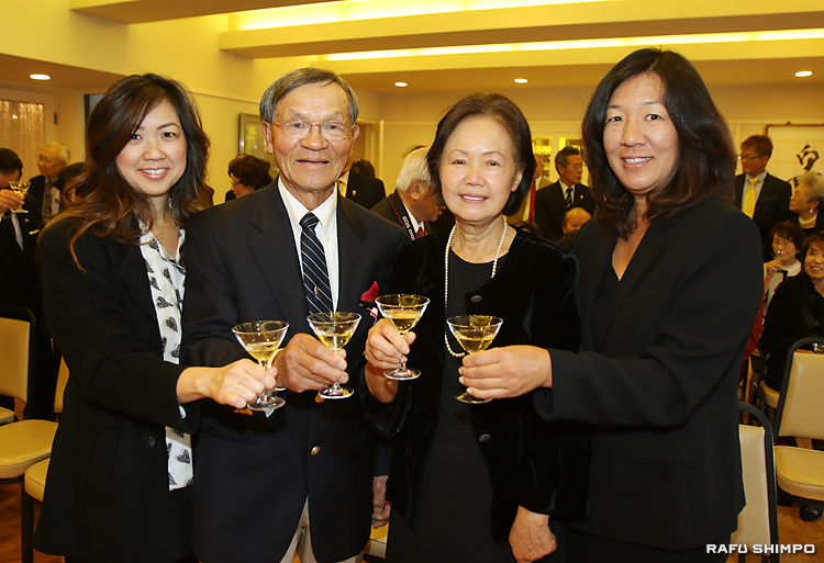 叙勲を祝い、シャンパングラスを合わせる西さんの家族。左から義理娘のクリストさん、西さん、敬子さん、長女直美さん