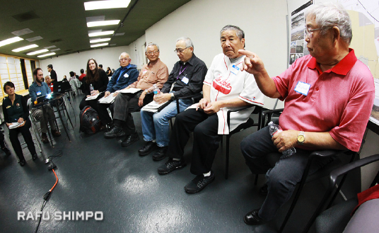 Richard Murakami (right), who lived in three concentration camps — Tule Lake, Heart Mountain in Wyoming and Jerome in Arkansas — speaks during a group discussion at the JACCC. (MARIO G. REYES/Rafu Shimpo)