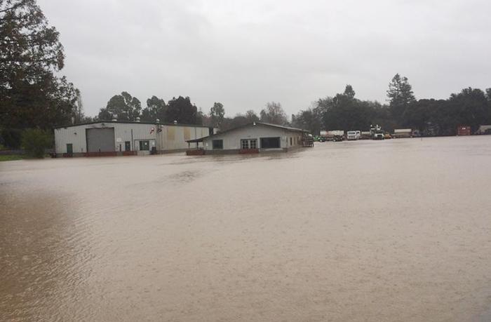 加州各地で暴風雨:停電や洪水な...