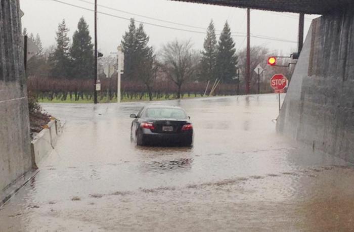加州各地で暴風雨:停電や洪水など被害相次ぐ