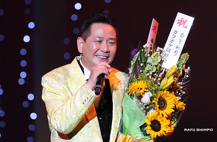 北川裕二、二世週祭で熱唱:歌とトークで観衆500人を魅了