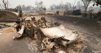 加州山火事:死者31人に、22万エーカーが焼失