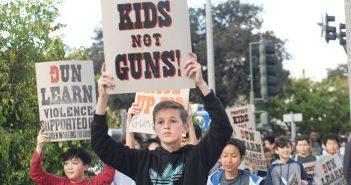 全米の学校で抗議運動:南加地区でも生徒ら銃規制強化訴え
