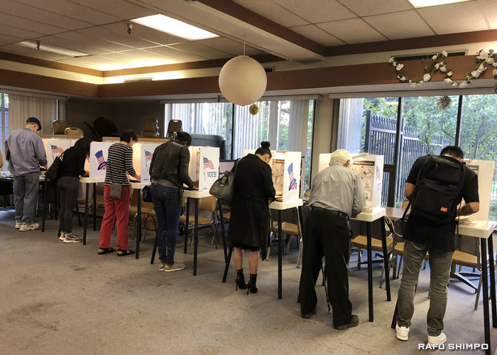 小東京にも朝から有権者の姿:中間選挙、投票所に列