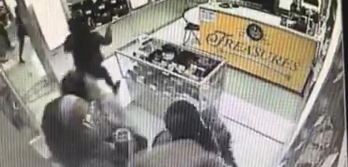コスタメサのミツワ・マーケットプレイス内の店舗で強盗:当局、防犯カメラの映像公開