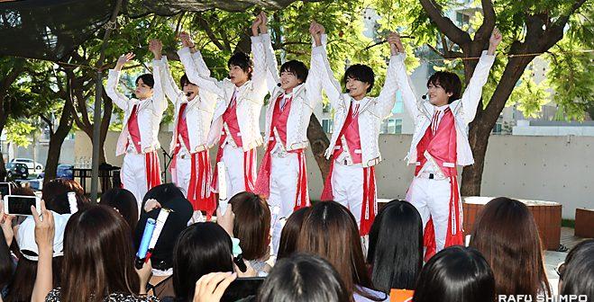 高野山別院で米国「デビュー」:「美 少年」の6人、二世週祭で笑顔