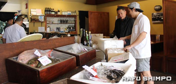 居酒屋で新鮮な魚販売:「たいへんな時こそ助け合い」