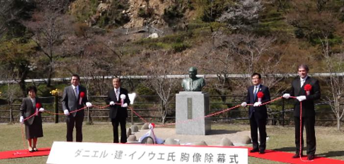 イノウエ議員の銅像除幕式:政治的、文化的功績たたえ建立